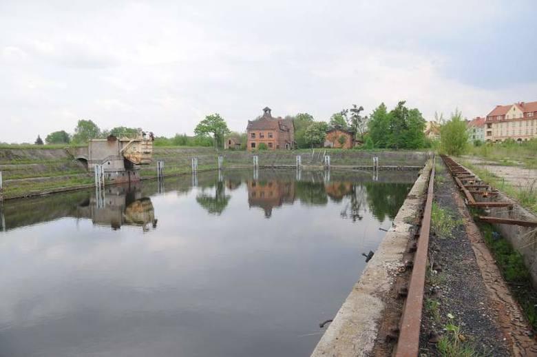 Przed laty w portowych basenach pływało tyle barek, że trudno tam było nawigować. Zostały jedynie porzucone nabrzeża i dewastowane budynki.