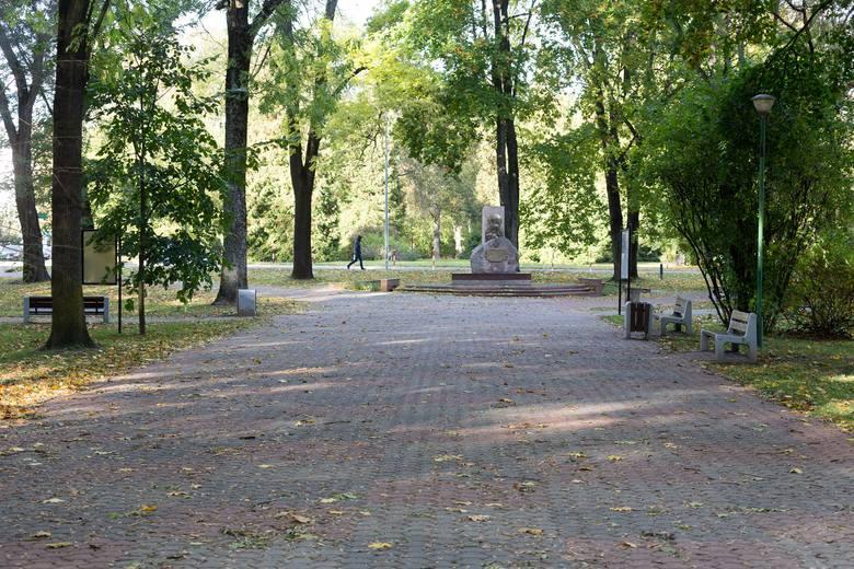 Aleja łączą dwa pomniki to ulubione miejsce spacerów białostoczan. Na małym zdjęciu wstępna wizualizacja jednego z pomników poświęconemu Niezłomnemu