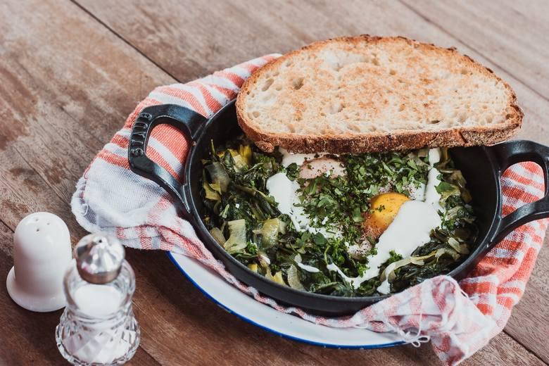 Jajko i zielone warzywa to połączenie bogate w żelazo