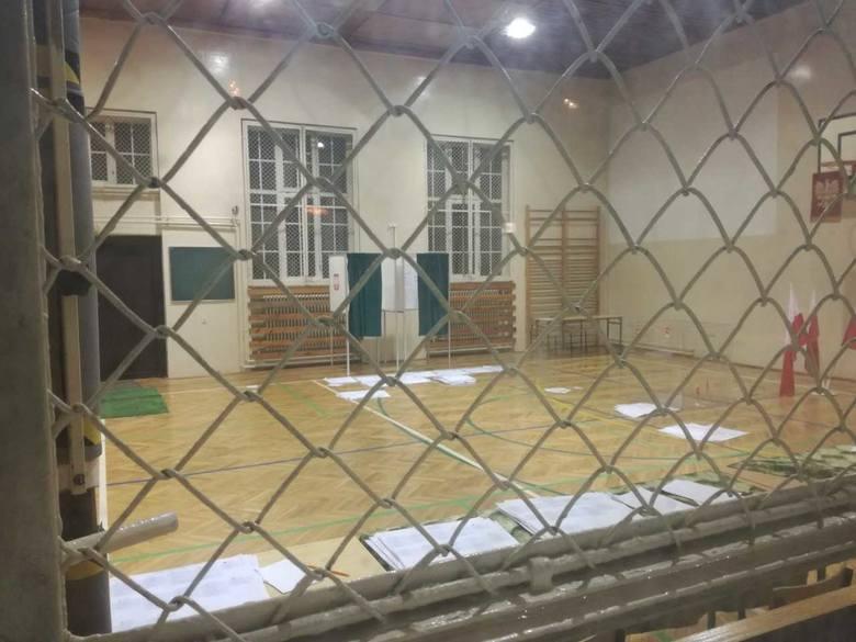 Obwodowa komisja w szkole podstawowej nr 8 przy ul. Bończyka w Opolu. Tu liczenie nadal trwa. Komisja pracowała akurat w innym pomieszczeniu.