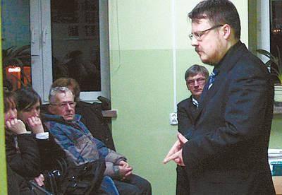 Podczas spotkania z Gdowie na pytania mieszkańców odpowiadał m.in. Jerzy Smalewski z Biura Prawnego starostwa. Z tyłu wicestarosta Mirosław Mrozowski.