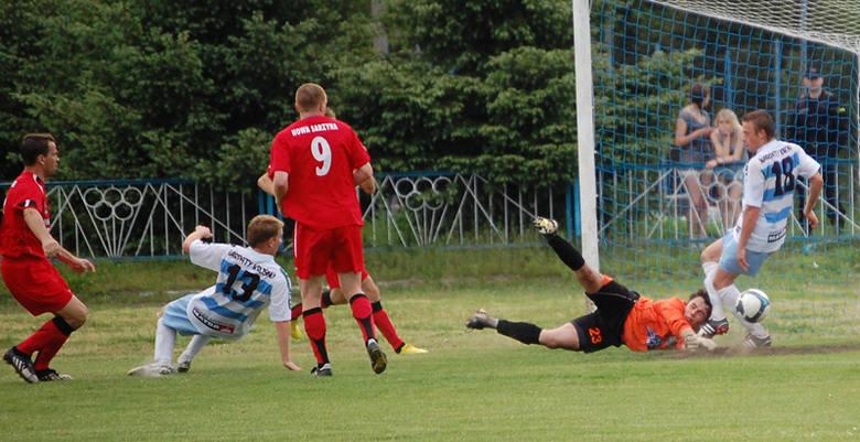 Nowa Sarzyna (czerwone stroje) przegrala na swoim boisku z Krosnem 1-3.