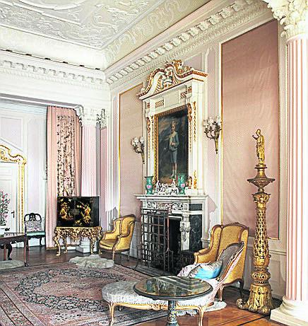 Dla zwiedzających  zamek tajemnicę stanowi prywatny apartament księżnej von Pless. Ze względu na niewielkie rozmiary, nie jest on na co dzień udostępniany. Przez otwarte drzwi można zobaczyć jedynie salon, ale apartament składa się też z sypialni, buduaru i łazienki.