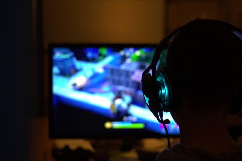 Nie jest zapalonym fanem wszystkich gier i sprzętów, ale z pewnością przypadają mu do gustu wszelkie formy rozrywki. Poza graniem ogląda również innych