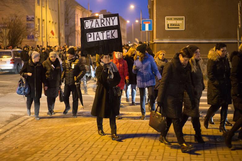W całej Polsce trwały czarne protesty przeciwko zaostrzeniu ustawy antyaborcyjnej. W Słupsku ok. 100-osobowa manifestacja przybrała formę spaceru - uczestnicy