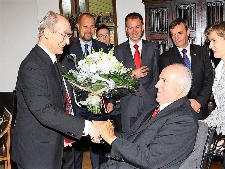 Abp Alfons Nossol gratuluje kanclerzowi Złotych Mostów Dialogu.