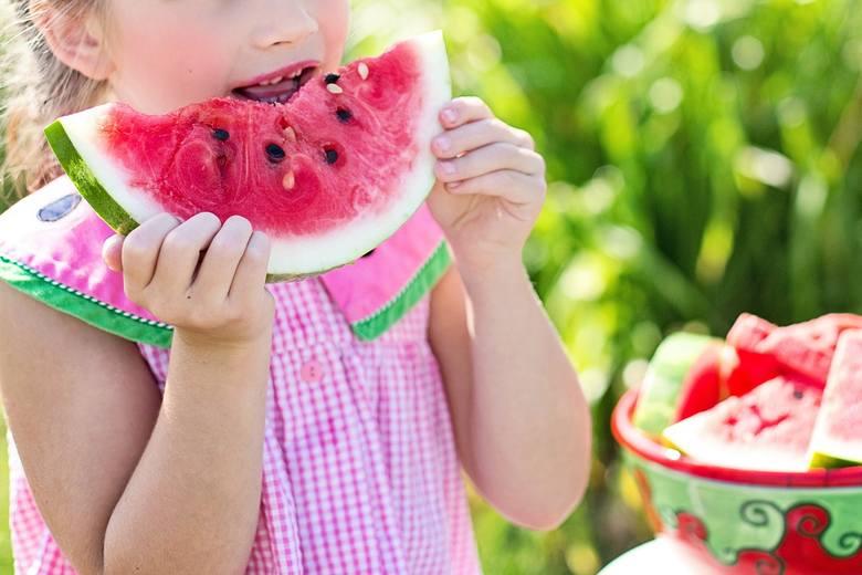 Tunika dla dziewczynek do 7 lat miała sznurki dekoracyjne na wysokości kaptura. W ubraniach dla małych dzieci są one zakazane w okolicy szyi, głowy,