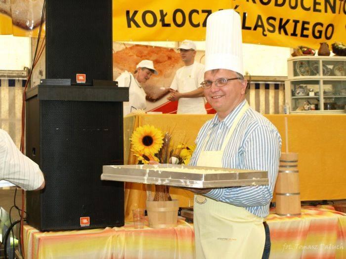 Jaroslaw Kielar, burmistrz Kluczborka, to polityk raczej serio, ale gdy organizatorki babskich combrów poproszą go o uczestnictwo we wspólnych wyglupach,