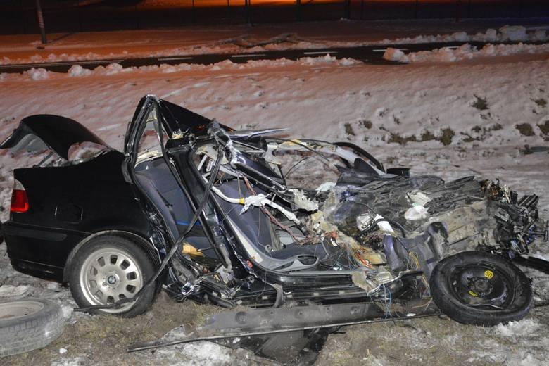 Co się stało w Ostaszewie pod Toruniem na DK 91? Kierowca osobowego BMW z nieznanych przyczyn zjechał na przeciwległy pas ruchu, uderzył w naczepę pojazdu