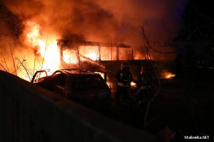 O pożarze strażacy zostali powiadomieni przed godziną 19. Na miejsce zadysponowano dwa zastępy Państwowej Straży Pożarnej w Stalowej Woli, strażacy po
