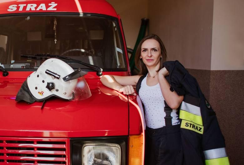 Jednostka strażacka OSP Proślice z gminy Byczyny zrobiła specjalny kalendarz, do którego pozowały żony i dziewczyny druhów ochotników! - Zwykłe kalendarze