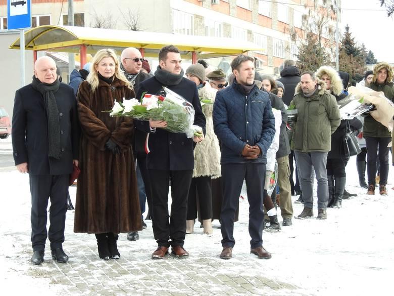 W czwartek o godz. 12 rozpoczęła się uroczystość przed pomnikiem Pamięci Bohaterów Walk o Wolność i Niepodległość Polski w latach 1939-1956. Kwiaty złożyli