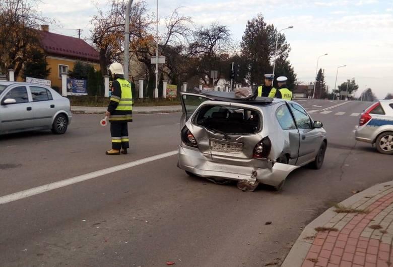 Do zdarzenia doszło w niedzielę po godz. 7 na głównym skrzyżowaniu w Nienadowej w powiecie przemyskim. To fragment drogi wojewódzkiej nr 884. Kierujący
