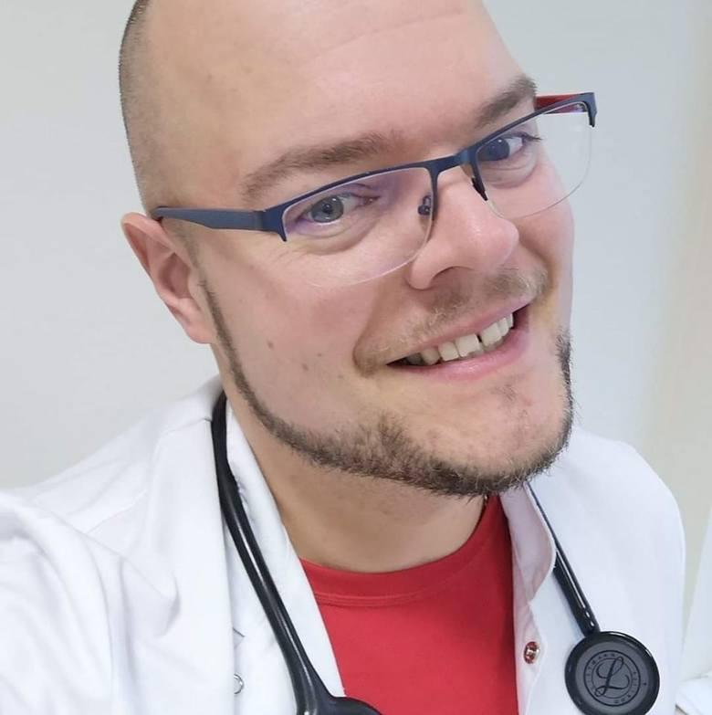 Szymon, trzymaj się! Pacjenci nagrali film dla lekarza z Kluczborka walczącego z koronawirusem [WIDEO]