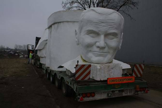 Największy na świecie pomnik papieża opuścił Nową Sól (zdjęcia)