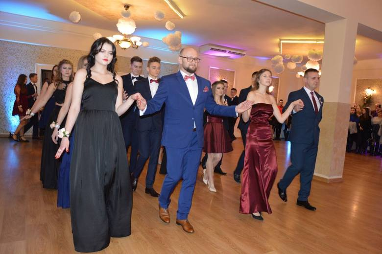 W sobotę o godzinie 18.00 w Hotelu Promień rozpoczęła się pierwsza w tym roku studniówka w powiecie skarżyskim. Uczestniczyli w niej uczniowie pięciu