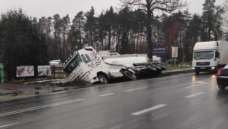 Pod Radomiem doszło do kolizji drogowej samochodu ciężarowego.