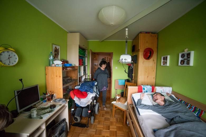 - Pan z agencji nieruchomości, który nam pomaga, chce tu zrobić zdjęcia, żeby wystawić nasze mieszkanie do sprzedaży. Muszę je przygotować, a u nas na każdym parapecie, na każdej półce, w każdym wolnym miejscu stoją sprzęty, aparaty medyczne, leki, kartony z woreczkami do żywienia Mateusza. <br...