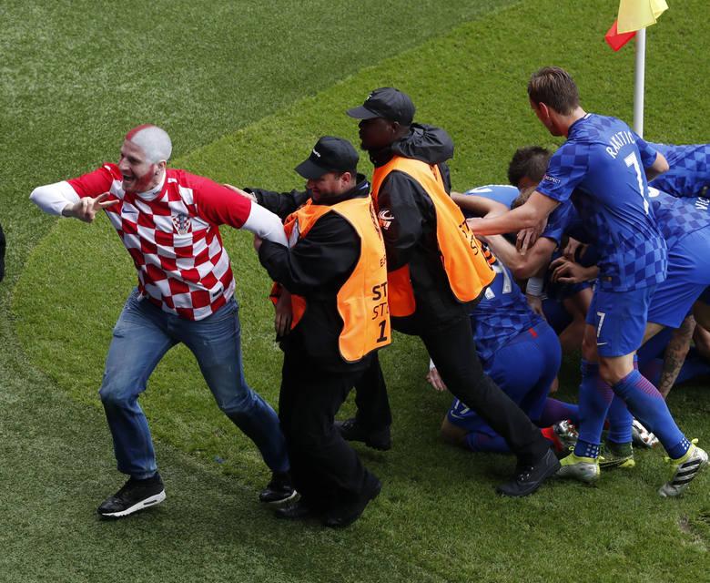 Kibic na boisku, raca na trybunach. Mecz Turcja - Chorwacja na zdjęciach [GALERIA]