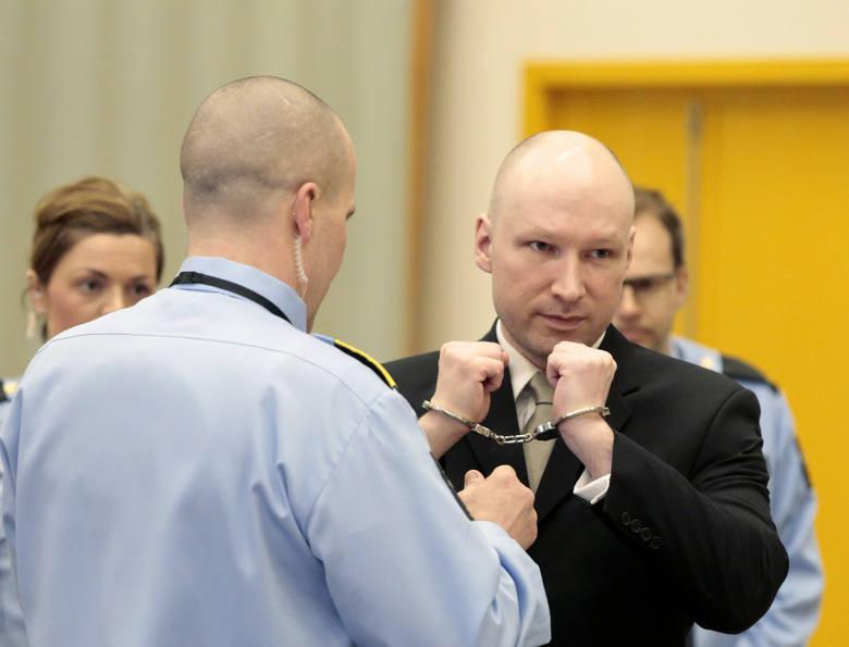 """Największy ekstremista w Norwegii, który zabił 77 osób, żalił się, że przebywanie samotnie w celi to """"nieludzkie warunki"""". Przyznano mu rację."""