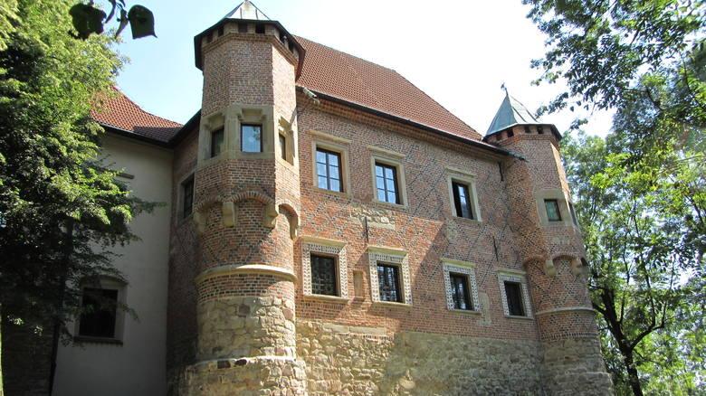 Zamek w Dębnie to dopiero coś. To perła polskiej architektury z czasów późnego gotyku. Do dziś przetrwał w niemal niezmienionym stanie. Zachowała się