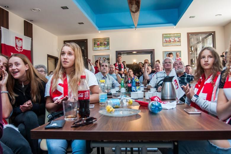 Lotto Bydgostiaświetlica klubu kibice obserwują wioślarki w Rio
