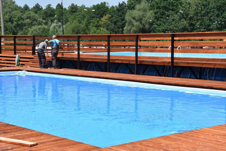 Gdzie się kąpać w lato 2019 w powiecie starachowickim? Korzystać można z basenów letnich i kąpieliska Piachy w Starachowicach. Dużo dzieje się nad Zalewem
