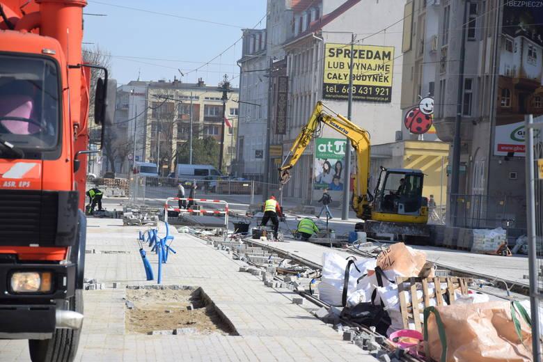 Mimo zagrożenia koronawirusem, prace na ul. Sikorskiego cały czas trwają. Podobnie jest na ul. Kostrzyńskiej.