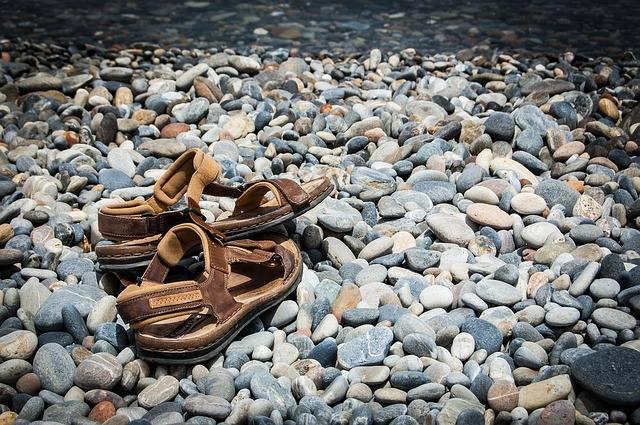 Adidasy, sandały, klapki to nieodpowiednie obuwie na górskie szlaki. Nawet jeśli jest gorąco i takie obuwie zapewnia nam przewiewność, możemy w nim jedynie