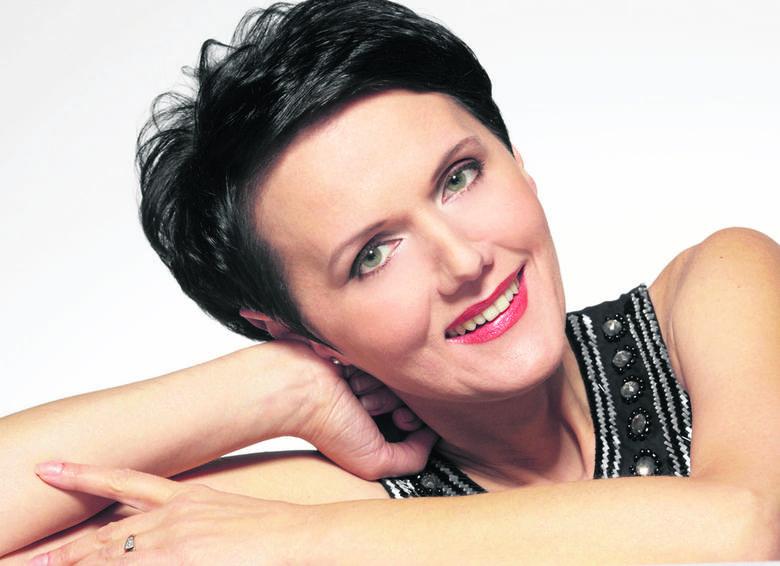 Olga Pasiecznik urodziła się w Równem na Ukrainie. Studiowała fortepian i pedagogikę muzyczną, swój sopran szkoliła i doskonaliła w konserwatorium w