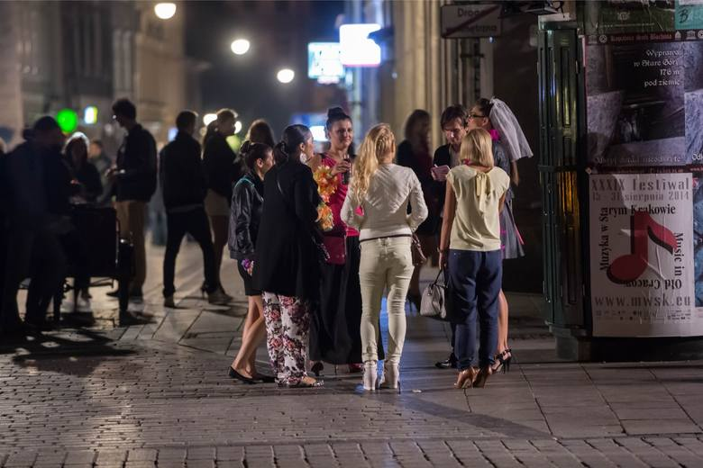 Nocne życie w Krakowie, zwłaszcza w rejonie Rynku Głównego, często wymyka się spod kontroli i kończy bójkami czy pobiciami
