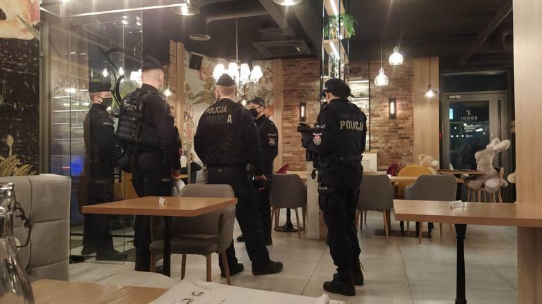 """Kontrola policji w pierogarni """"Soodi"""" przy ul. Jurowieckiej. Goście nie mogli opuścić lokalu bez okazania danych"""