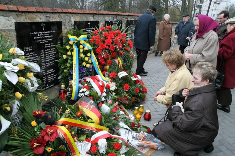 Wiosna 2009 roku. W Krasiejowie odsłonięto wówczas tablice upamiętniające mieszkańców, ofiary II wojny światowej.
