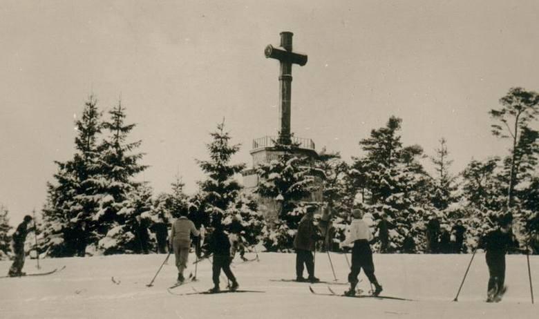 Krzyż z Góry Chełmskiej w zimowej scenerii. Przed wojną był to miejsce, w który zbierali się koszalinianie lubiący aktywny wypoczynek, w tym także miłośnicy