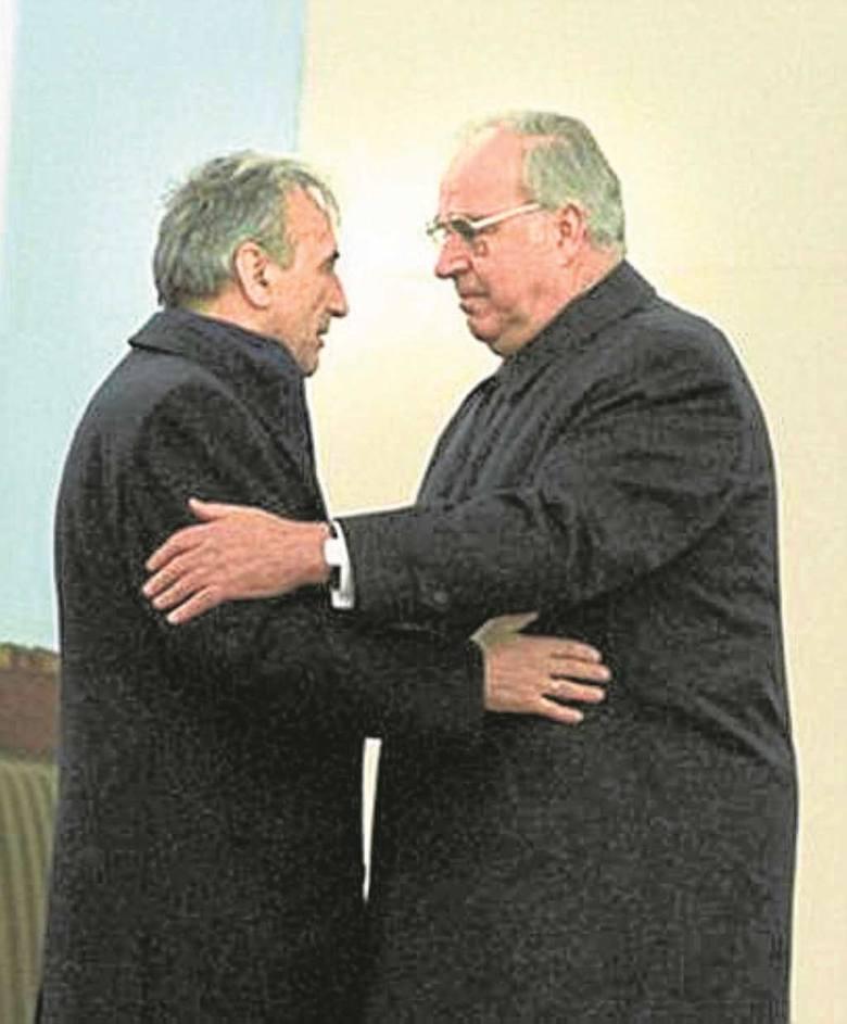 Symboliczne polsko-niemieckie pojednanie. Premier Tadeusz Mazowiecki i kanclerz Helmut Kohl  na mszy w Krzyżowej. Listopad 1989 r.
