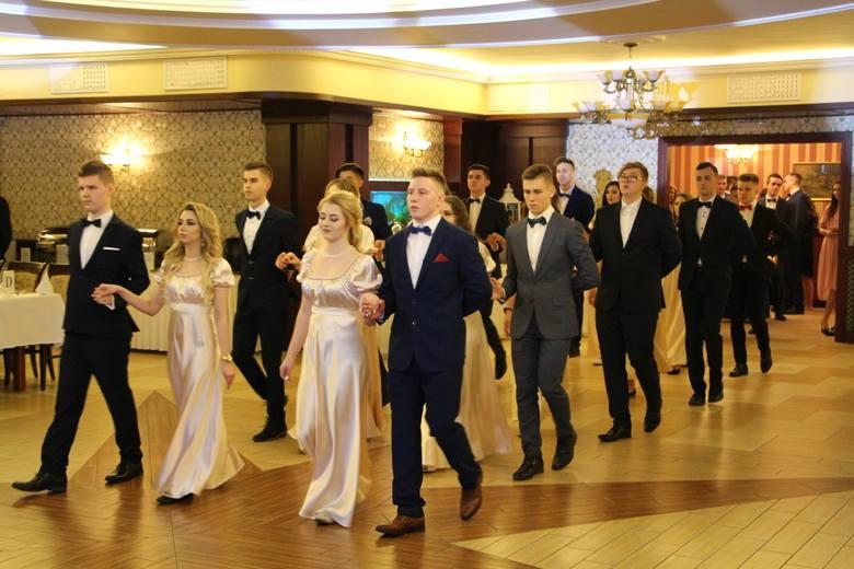 Uczniowie i uczennice V Liceum Ogólnokształcącego w Białymstoku bawili się w Dworku Tryumf. Zabawę poprzedziła minuta ciszy ku czci zamordowanego prezydenta