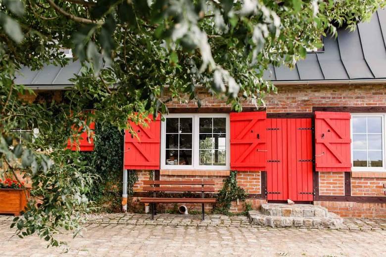 Stare Polaszki 13Stare Polaszki 13. W niewielkiej wsi na pograniczu Kaszub i Kociewia z dala od zgiełku miast są czerwone okiennice, mansardowy dach,