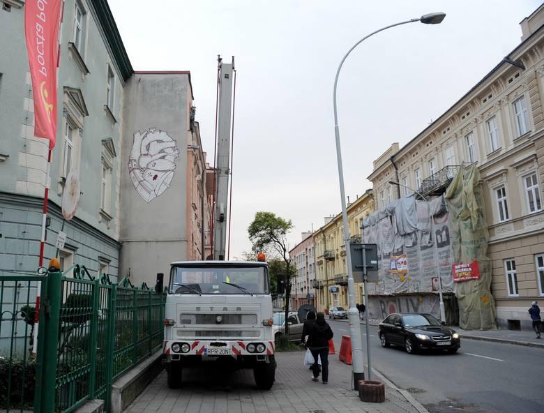 Kolejnym elementem jest wieża zegarowa, która jako charakterystyczny budynek w panoramie miasta jest nawiązaniem do wielostylowej architektury Przemyśla