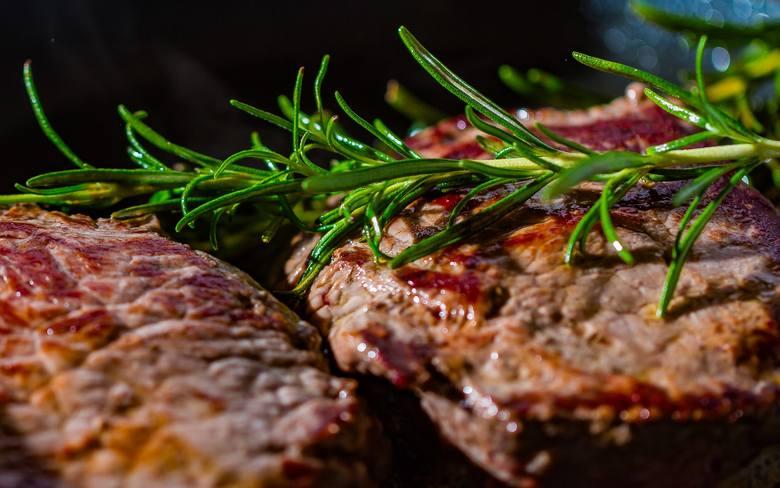 Składniki:> karczek wieprzowy – 700 g> sos sojowy – 3 łyżki> świeży imbir – 3 cm> whisky – 2 łyżki> olej – 1 łyżka>