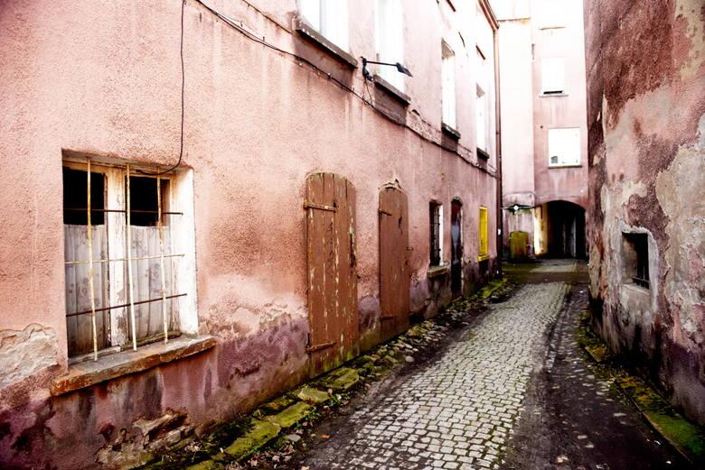 W opinii wielu mieszkańców Zielona Góra posiada bardzo ładną starówkę. Kiedy jednak zagłębimy się nieco bardziej w boczne uliczki naszym oczom, ukażą