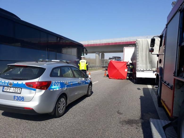 Wypadek na A2 koło Łowicza. Zderzenie busa z ciężarówką. Jedna osoba zginęła. Utrudnienia! 17.04.2019