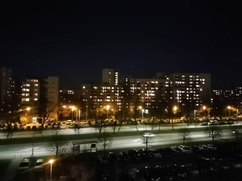 """Kraków podczas kwarantanny wieczorem. Puste kamienice w centrum i """"żyjące"""" bloki poza nim"""