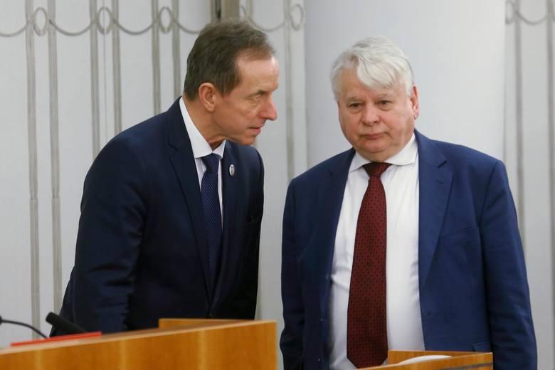Wicemarszałek Senatu Bogdan Borusewicz napisał na swoim profilu na Facebooku: Rząd planuje ograniczyć na trzy tygodnie obywatelom możliwość wychodzenia