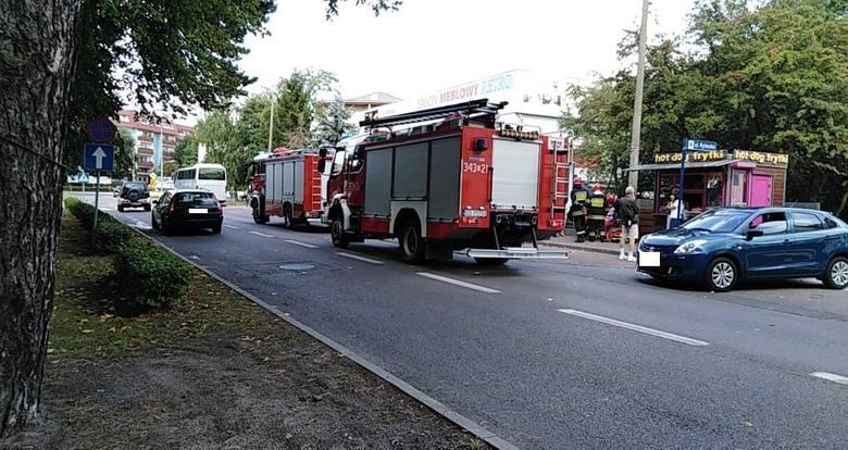 Dzisiaj przed godziną 15:00 na Placu Dąbrowskiego w Ustce doszło do zdarzenia drogowego. Samochód osobowy potrącił kobietę z rowerem, która przechodziła