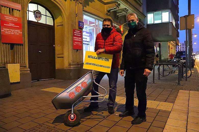 Protest kierowców przeciw korkom w Łodzi. Przywieźli taczkę do Zarządu Dróg i Transportu w Łodzi