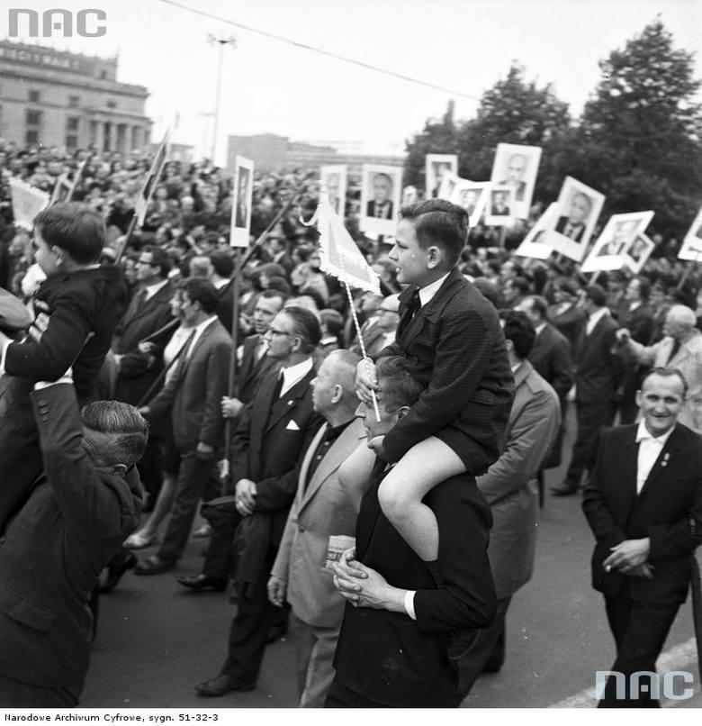 Uczestnicy pochodu przed trybuną honorową na ul. Marszałkowskiej.