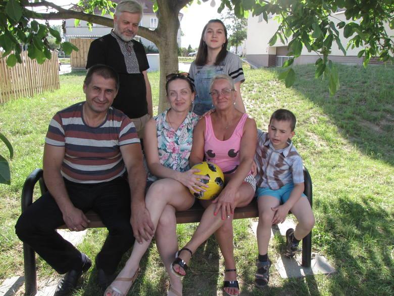 Andriej Sirowatskyi z żoną Tatianą i dziećmi: Dmytrem (wołają na niego Dima) i Olą (na nią Sasza) przed swoim blokiem w Strzelcach Krajeńskich wraz z ks. Arturem Grabanem i sąsiadką Ewą Piórkowską