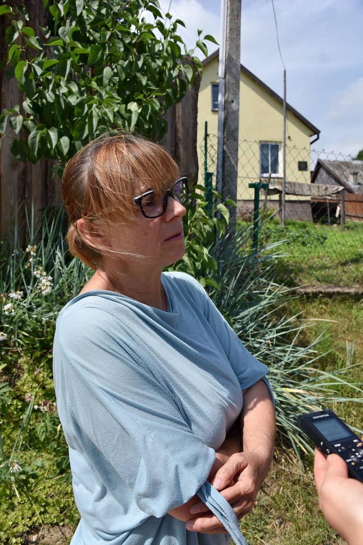 Chcieliśmy pomóc tej rodzinie. Tej tragedii na pewno można było uniknąć - mówi Mirosław Bezdziel, nauczycielka ze Studzianek. W dali dom, gdzie mieszkała rodzina zabitej kobiety.<br />