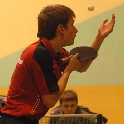 W pojedynku najmłodszych zawodników obydwu drużyn Robert Floras (na pierwszym planie) pokonał 3:0 Radosława Bortnowskiego