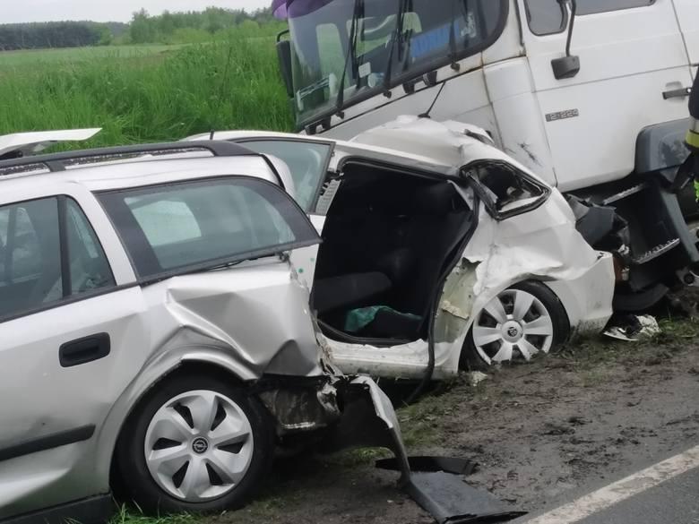 Koszmarny wypadek na drodze krajowej numer 15. W Wymysłowie zderzyły się trzy samochody osobowe i ciężarówka.Przejdź do kolejnego zdjęcia ---&gt
